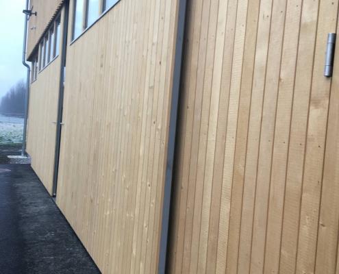 Schiebetor mit Holzverkleidung für den gewerblichen Einsatz